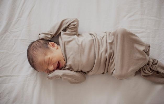 Vista dall'alto neonato pianto
