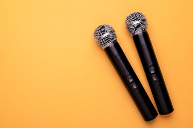 Vista dall'alto nuovo microfono wireless nero.