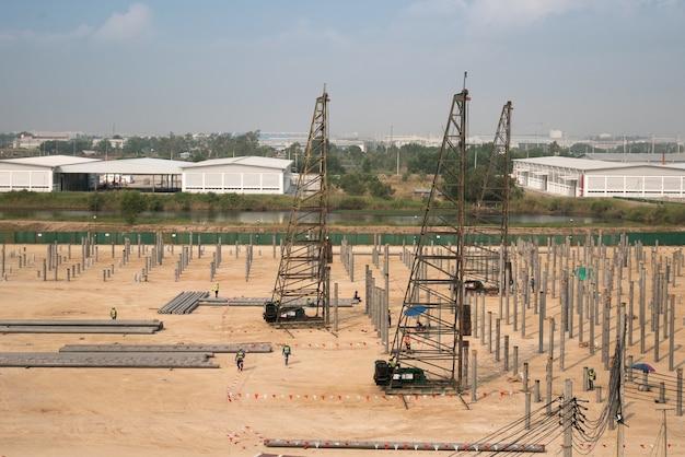 Vista dall'alto o vista aerea attrezzature per la guida di pile in calcestruzzo nel nuovo cantiere di magazzino