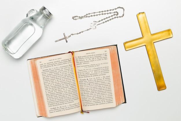 Vista dall'alto oggetti religiosi e santi