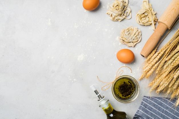 Vista dall'alto olio d'oliva e uova sul tavolo