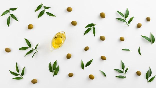 Vista dall'alto olio d'oliva in una bottiglia con foglie