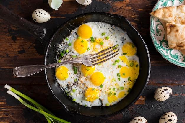 Vista dall'alto padella con uova fritte