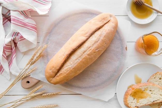 Vista dall'alto pagnotta di pane con miele