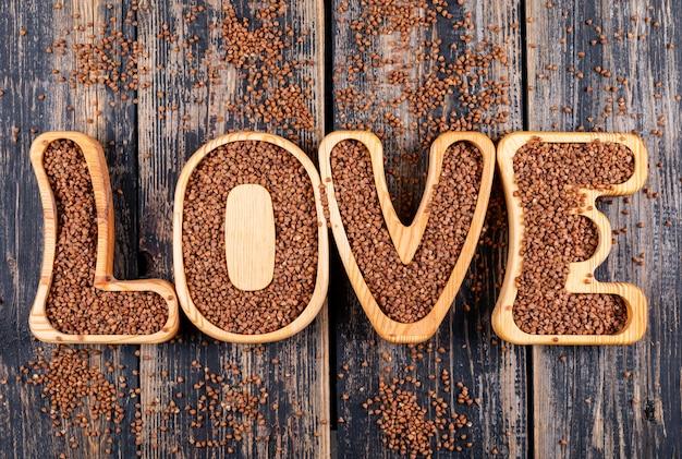 Vista dall'alto parola d'amore con grano saraceno. orizzontale