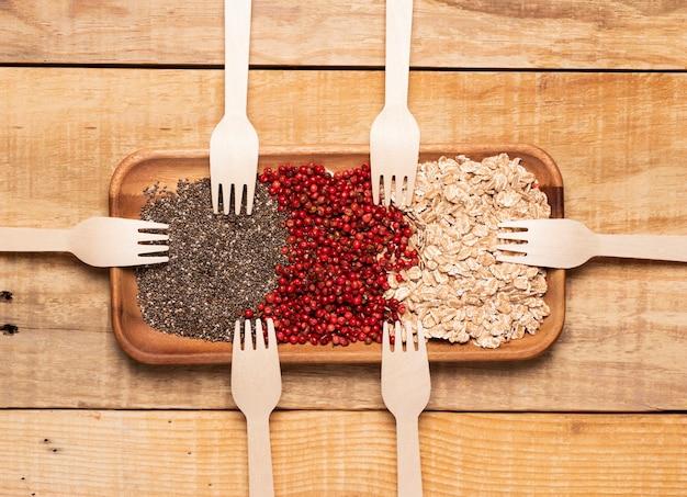 Vista dall'alto pasto sano con forchette di legno
