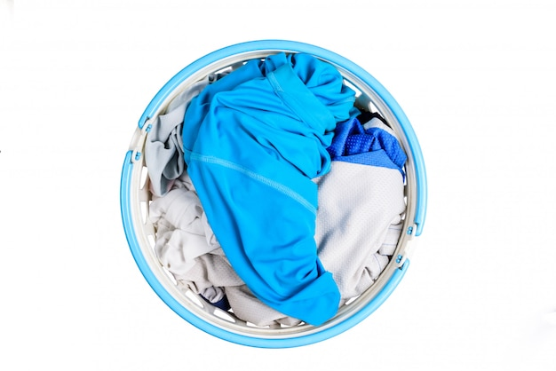Vista dall'alto per pila di vestiti in cestini di plastica bianca