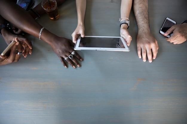 Vista dall'alto persone che utilizzano il tablet