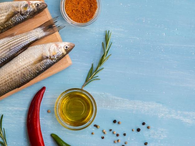 Vista dall'alto pesce fresco con condimenti