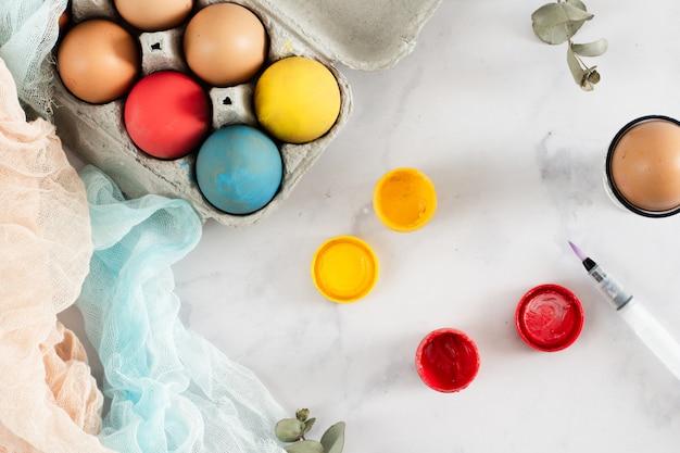 Vista dall'alto piacevolmente dipinte a mano le uova di pasqua
