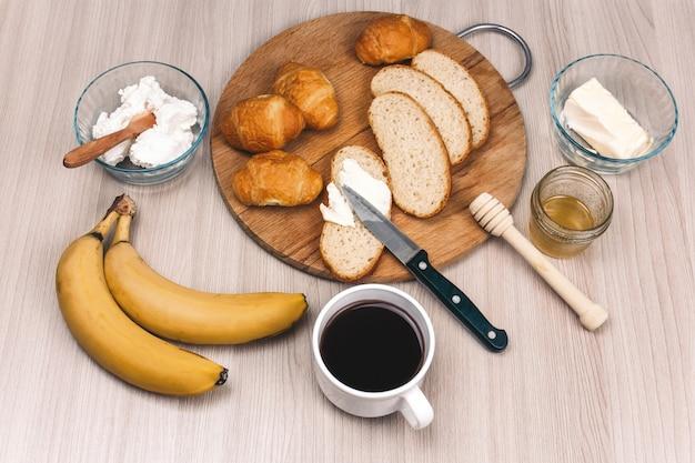 Vista dall'alto piatta giaceva cibo sano per colazione su un tavolo di legno