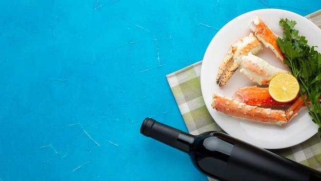 Vista dall'alto piatto di pesce con vino