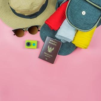 Vista dall'alto piatto laici, viaggi e vacanze concetto di moda sul rosa