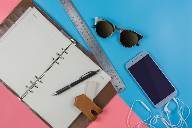 Vista dall'alto piatto lay, concetto di lavoro smartphone su blu e rosa