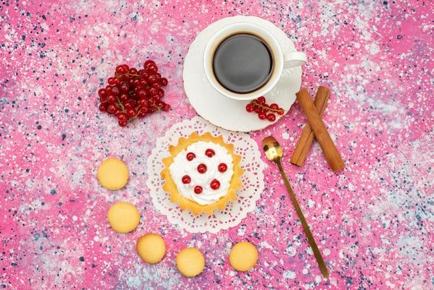 Vista dall'alto piccola torta con biscotti alla crema lamponi freschi cannella insieme a una tazza di caffè sul colore del tè di superficie colorata
