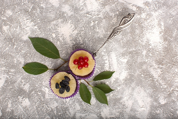 Vista dall'alto piccoli brownie al cioccolato con mirtilli rossi sullo sfondo luminoso torta biscotto dolce cuocere la pasta
