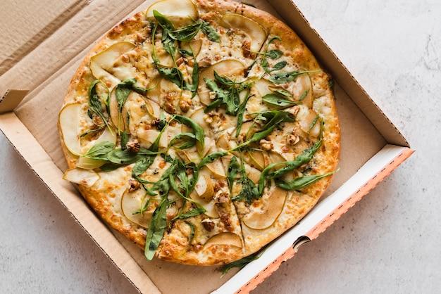 Vista dall'alto pizza in una scatola