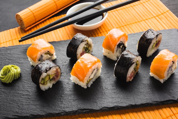 Vista dall'alto placcatura dei rotoli di sushi