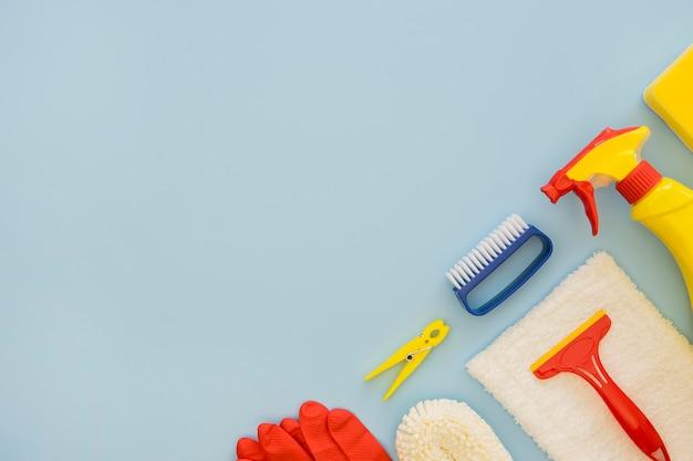 Vista dall'alto prodotti per la pulizia con copia spazio