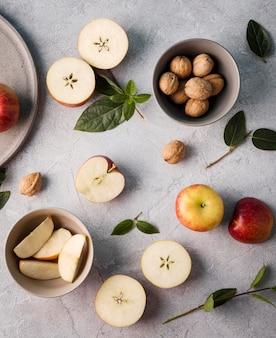Vista dall'alto raccolta di frutti biologici sul tavolo