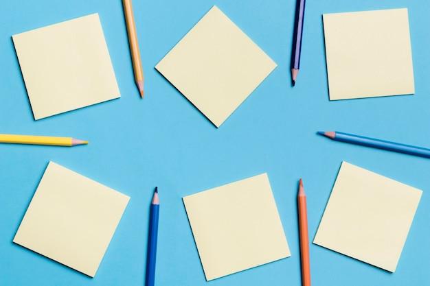 Vista dall'alto raccolta di note adesive con matite