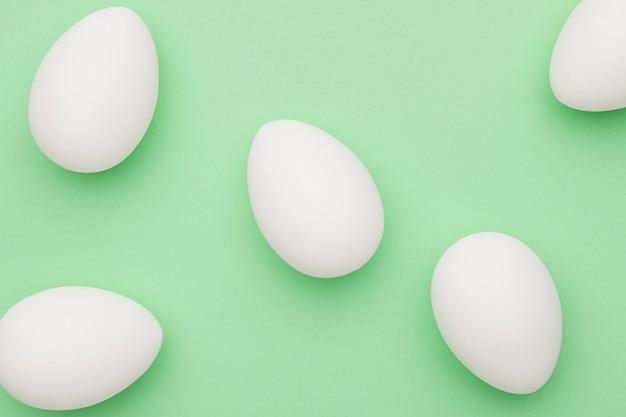 Vista dall'alto raccolta di uova bianche