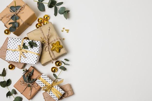 Vista dall'alto regali e decorazioni sul tavolo