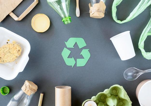 Vista dall'alto rifiuti di plastica e cartone