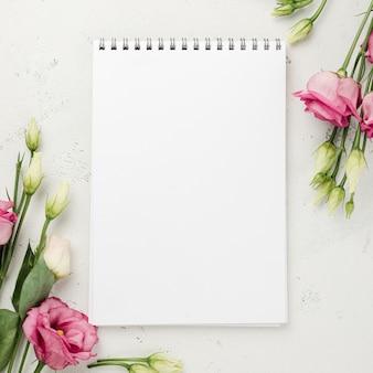 Vista dall'alto rose accanto al notebook