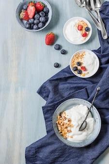 Vista dall'alto sana colazione ciotole con frutta