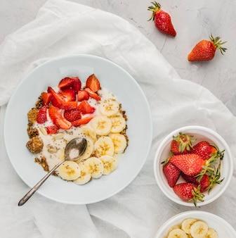 Vista dall'alto sana colazione con fragole