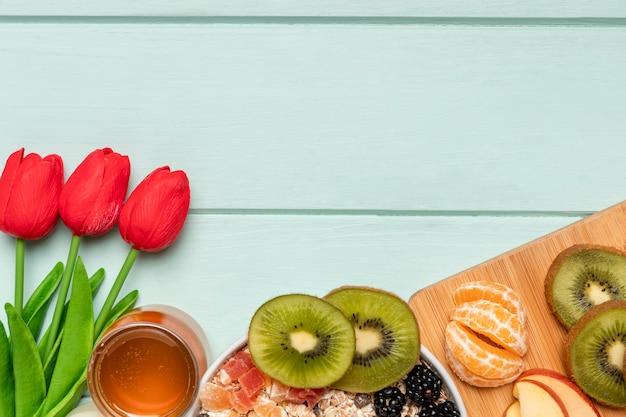 Vista dall'alto sana colazione con tulipani