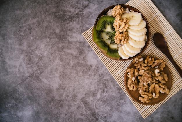 Vista dall'alto sana colazione frutta e noci