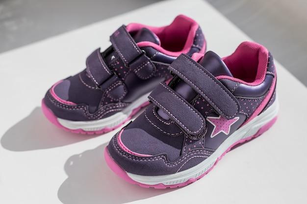 Vista dall'alto. scarpe da corsa con lacci. coppia di scarpe sportive, scarpe da ginnastica per bambini isolate