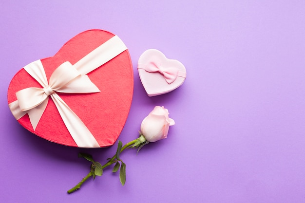Vista dall'alto scatole a forma di cuore e rosa