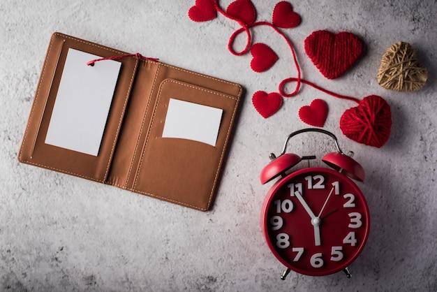Vista dall'alto scheda bianca vuota sul portafoglio e regalo del cuore
