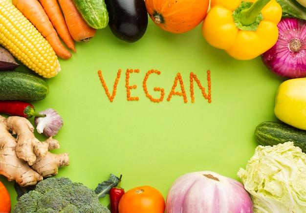 Vista dall'alto scritte vegane con deliziose verdure