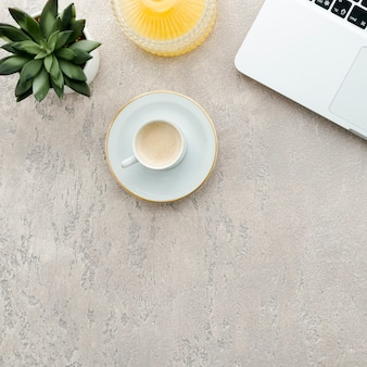 Vista dall'alto scrivania da caffè e laptop