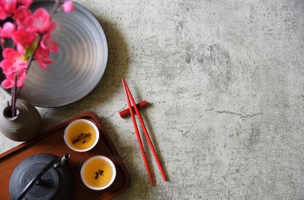 Vista dall'alto set tè cinese, bacchette, piatto, pentola, copia spazio
