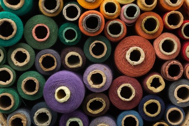 Vista dall'alto sfondo colorato filati cucirini