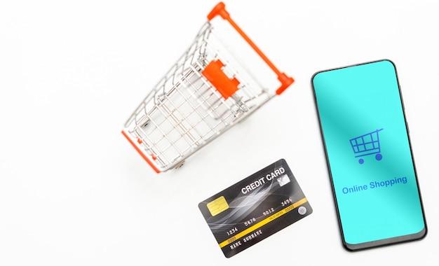 Vista dall'alto smartphone mobile e carta di credito