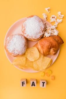 Vista dall'alto snack malsani con lettere grasse