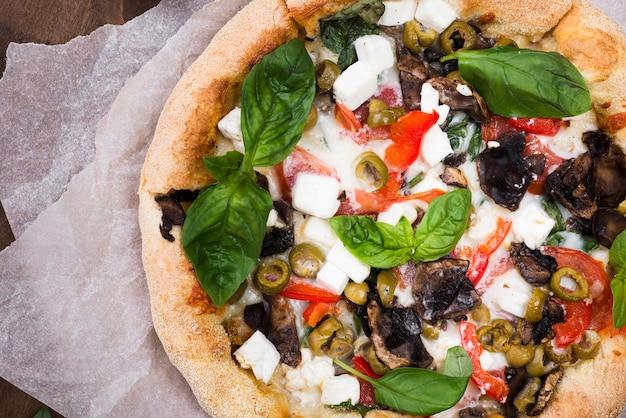 Vista dall'alto soffice pizza con verdure