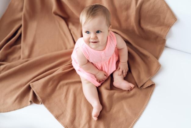Vista dall'alto sorridente neonato rosa vestita