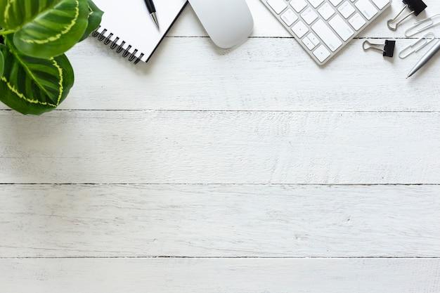 Vista dall'alto spazio di lavoro, scrivania con computer, smartphone e articoli per ufficio con spazio di copia