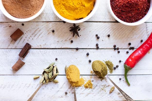 Vista dall'alto spezie asiatiche aromatiche