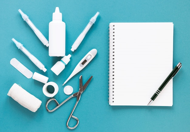 Vista dall'alto strumenti medici professionali sul tavolo