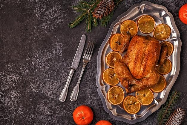Vista dall'alto su pollo fritto intero su un vassoio