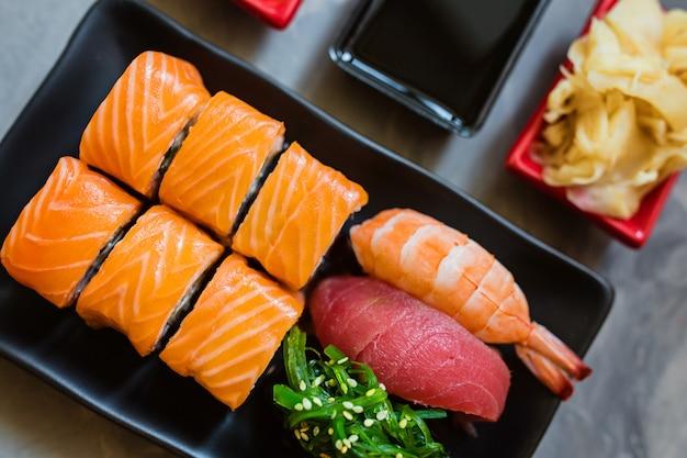 Vista dall'alto su sushi giapponese tradizionale