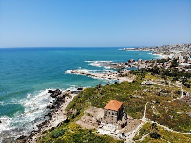 Vista dall'alto sul libano. paese dell'asia occidentale e del medio oriente che si chiama anche repubblica libanese. foto aerea creata da drone. a molte cose da fare e in molti posti dove andare per il turista.
